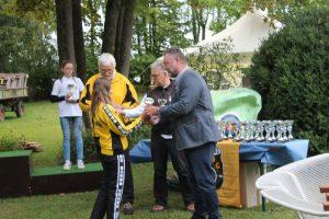 Franziska Maurer erhält ihren Pokal von Bürgermeister Dr. Alexander Greulich