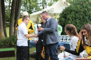 Alexander Kopp erhält seinen Pokal von Bürgermeister Dr. Alexander Greulich